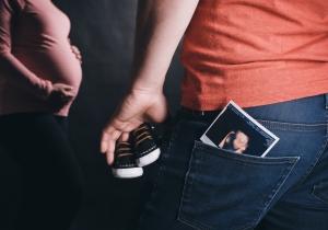 Babyschuhe, Babybauch, werdender Papa, Ultraschallfoto